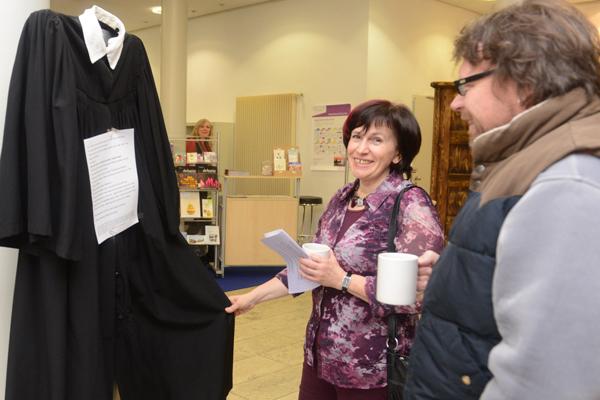 Seit 1975 sind in der rheinischen Kirche Frauen und Männer im Pfarrdienst gleichgestellt. Das wurde mit der auf der Landessynode 2015 eröffneten Ausstellung 'Pionierinnen im Pfarramt' gewürdigt.