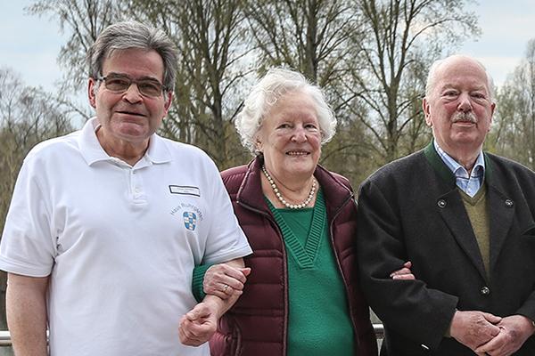 Einrichtungsleiter Oskar Dierbach mit dem Ehepaar Gertrud und Wilfried Wanners.