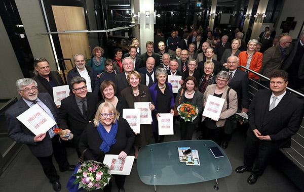 Preisträgerinnen und Preisträger aus Gemeinden und Architekturbüros mit Jurymitgliedern und Präses.