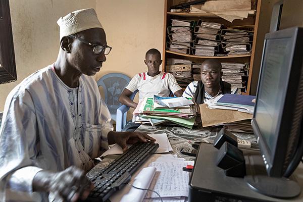 Hungrig, müde und verzweifelt kehren viele Migrantinnen und Migranten nach Mali zurück, nachdem ihr Traum von einem Leben in Europa geplatzt ist. Manche waren jahrelang in Afrika unterwegs, geflohen vor politischer Verfolgung, Gewalt oder Perspektivlosigk