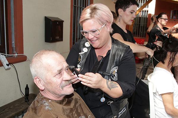 Barber Angel Sylvana Schürt bringt Wolfgang Koschorrecks Haar und Bart in Form. Rund 50 Männer, Frauen und Kinder werden im Haus der Diakonie in Völklingen von den ehrenamtlichen Friseurinnen und Friseuren kostenlos frisiert.