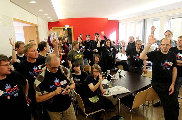 Abstimmung über interessierende Themen vor Beginn der Sessions: Archivfoto vom Barcamp Kirche 2014.