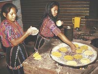 Grundnahrungsmittel in Guatemala: Frauen backen Tortillas.