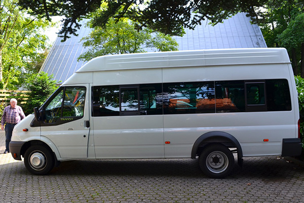 Geschenk vor dem hürdenreichen Transport: der Bus für das Heilpädagogische Zentrum in Pskow.
