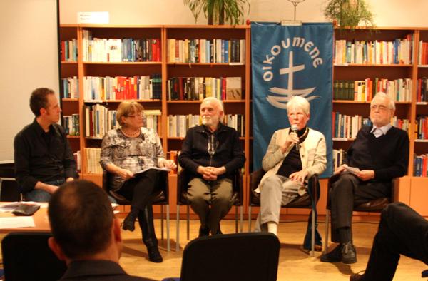 Bei einer Podiumsdiskussion blickten sie auf 40 Jahre GMÖ zurück (v.l.): Claudio Gnypek, Pfarrerin Ursula Thomé, Pfarrer i.R. Heinz Benemann, Frauke Heiermann, Pfarrer i.R. Markus Braun.