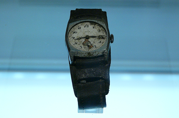 Stehen geblieben bei 8.15 Uhr: Uhr aus dem Museum of Peace Memorial Park in Hiroshima. Heute jährt sich der Tag der Atombombenabwürfe zum 70. Mal. Foto: Hiroshima museum watch 2009 07 19' by Zigomar - Own work. Licensed under CC BY-SA 3.0 via Wikimedia Co