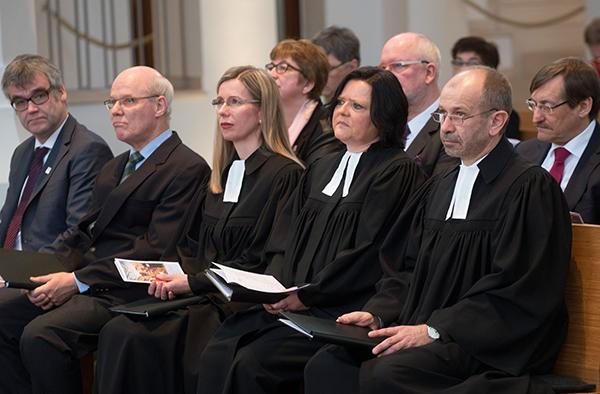 Einführung der Pfarrerinnen Dr. Barbara Schwahn und ihrer Stellvertreterin Bettina Roth in die Kirchenleitung (vorn 2. und 3. von rechts).