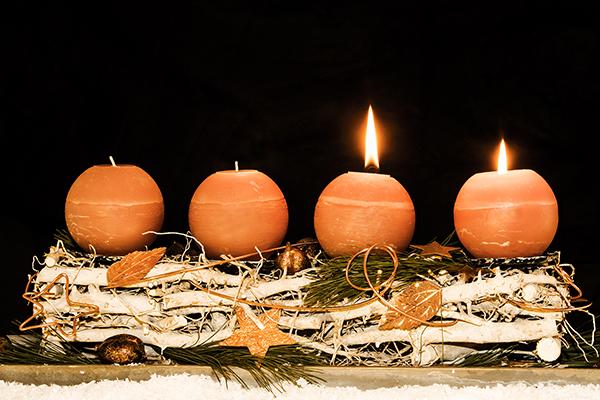 Begleitet durch die Adventszeit: der Adventskranz.