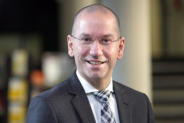 Landeskirchenrat Henning Boecker, stellvertretender Leiter der Abteilung Finanzen, informierte auf der Pressekonferenz zu Haushaltsthemen.