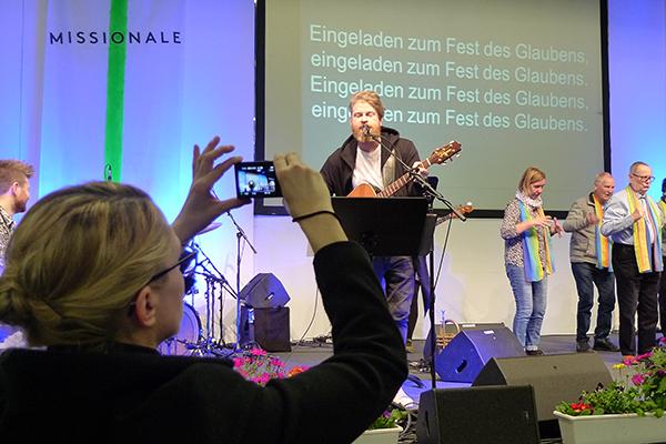 Musik machte Felix Waltz mit Studierenden der Essener Folkwang-Hochschule. Die haben sich für die Missionale spontan zusammengefunden. Mit auf der Bühne: ein Gebärdenchor.