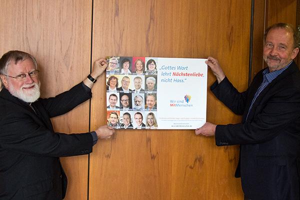 Stadtdechant Bernhard Lücking (.) und Superintendent Armin Schneider bei der Präsentation des Plakates 'Wir sind MitMenschen' in Duisburg.