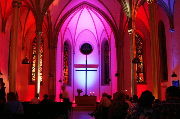 Viele Kirchen an der Saar bieten in der Nacht der Kirchen attraktive Lichtinstallationen, wie hier im vorigen Jahr in Homburg.