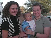 Alle waren schon gespannt auf das Kind: Laurenz in den Armen von zwei Besucherinnen aus Düsseldorf.