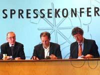 Dringend reformbedürftig: Diakonie-Chef Dr. Uwe Becker (l.) und Nikolaus Immer (r.) von der rheinischen Diakonie bei der Vorstellung der Studie in der Landespressekonferenz NRW.