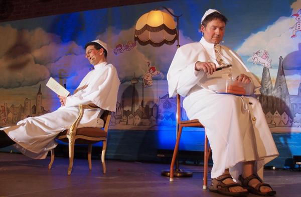 Auch der Papst ist bei der Prot's Sitzung in Köln dabei.