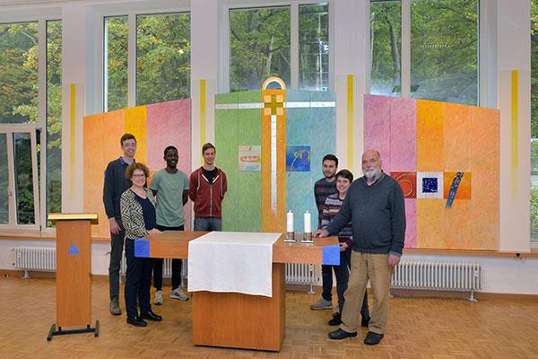 Sie freuen sich über ihren neugestalteten Gottesdienstraum (Von links): Friedrich von Bülow, Swantje Eibach-Danzeglocke, Joel Masson, Jonathan Merklein, Philipp Hoffmann, Kathi Baum, Uwe Appold