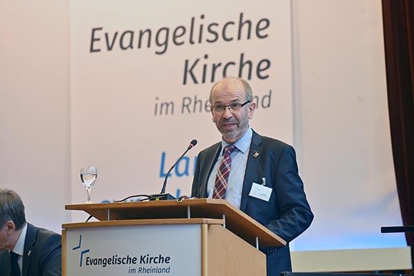 Präses Manfred Rekowski hält seinen Bericht vor der der Synode.
