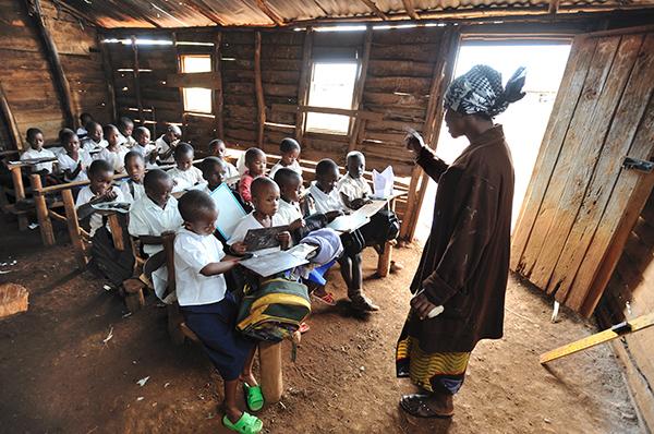 Herkömmlicher partizipativer Unterricht in einer Schule in Bukavu Ost-Kongo, wo Brot für die Welt – Evangelischer Entwicklungsdienst zahlreiche Ausbildungsprojekte unterstützt. Foto: Thomas Einberger/Brot für die Welt