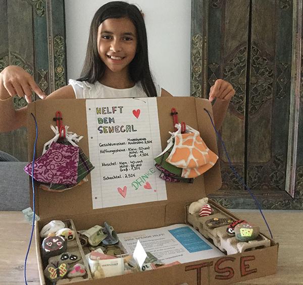 Luisa aus der sechsten Klasse mit ihrem Spendenkoffer.