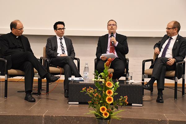 Diskutierten gesellschaftliche Herausforderungen (vl.): Bischof Stephan Ackermann, Geschäftsführer Daniel Botmann, Moderator Stefan Mendling und Präses Manfred Rekowski.