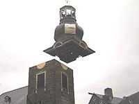 Im Oktober 2005 hievte ein Kran die baufällige Kirchturmspitze von der evangelischen Kirche in Monschau. Bis 29. Oktober soll sie saniert sein und wieder rauf auf die Kirche kommen.