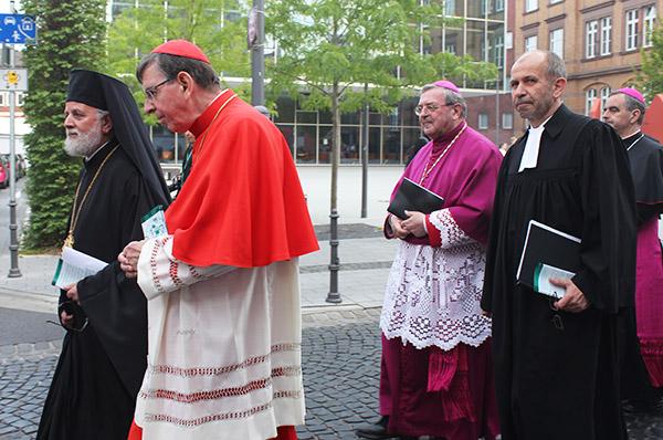 Verbunden bei der Prozession im Rahmen der Heiligtumsfahrt 2014 in Aachen: Bischof Mussinghoff und Präses Rekowski (3. und 4.v.l.).