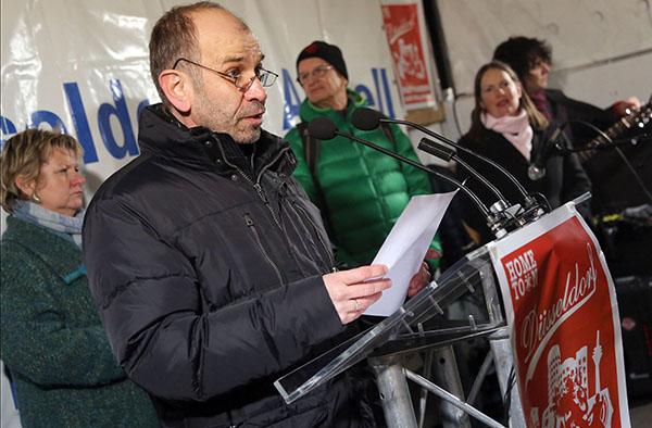Präses Manfred Rekowski sprach bei der Kundgebung gegen 'Dügida', Düsseldorfs Superintendentin Henrike Tetz (3.v.l.) hatte zur Teilnahme an der Gegendemo aufgerufen, bei der auch Nordrhein-Westfalens stellvertretende Ministerpräsidentin Syliva Löhrmann (l
