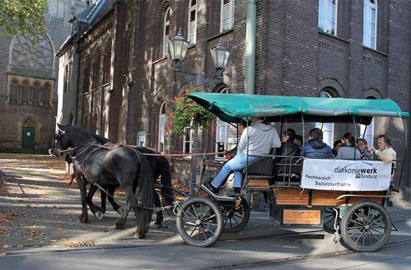 Eines von vielen Beispielen des diakonischen Engagements in Duisburg: Erinnerungsfoto von der Kutschenfahrt, organisiert im Rahmen des Modellprojekts 'Ruhrort inklusiv'.