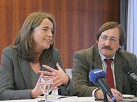 Doris Sandbrink und Klaus Eberl stellen die neue Broschüre zum Thema Familienarbeit vor.