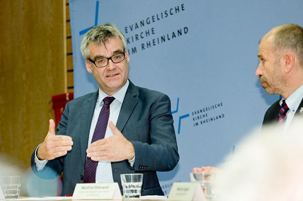 Das Hin- und Herschieben von Flüchtlingen muss ein Ende finden: Vizepräsident Dr. Johann Weusmann (l.) und Präses Manfred Rekowski.