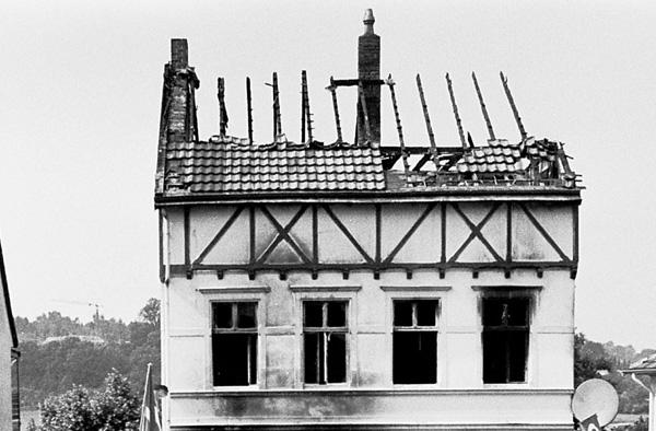 Ruine des Hauses nach dem Brandanschlag.