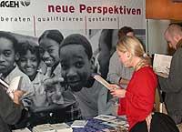 """Markt der Möglichkeiten am """"Tag des Entwicklungshelfers"""" im Düsseldorfer LKA."""