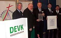 Auszeichnung aus den Händen (v.l.) Jury-Mitglied Professor Hamel und Präses Manfred Kock an die DEVK