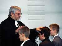 Pfarrer Karl-Heinz Iffland segnet die Konfirmanden.