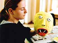 Erfahrungen verarbeiten: Julia Ludwig baut eine Maske mit gepiercter Zunge.