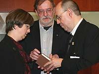 Überreichten dem Präses (r.) die Bibel, die der einstige Präses Immer 1980 erhalten hatte: Adalbert und Aukelina Immer.