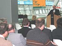 Im Gedenken sind die Toten nicht tot: Präses Nikolaus Schneider beim Gottesdienst im Düsseldorfer Flughafen.