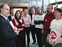 Es geht um reale Menschen: Präses Nikolaus Schneider mit demonstrierenden jungen Theologinnen und Theologen am Rande der Landessynode.