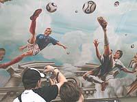 Leidenschaft Fußball: Gemälde in der Decke des Kölner Hauptbahnhofs.