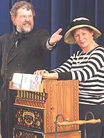 """""""Leierkastenmann"""" Ullrich Wimmer mit Doris van Rhee im vergangenen Jahr beim Parlamentarischen Abend."""