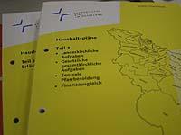 Der landeskirchliche Haushaltsplan für das Jahr 2007 und der Band mit Erläuterungen.