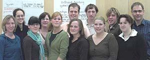 """Das sind sie: die ersten """"18plus"""" mit dem Zertifikat für ehrenamtliche Jugendarbeit, umrahmt von der Leitung des Hackhauser Hofs, Anja Franke (l.) und Dr. Stefan Drubel (r.)."""