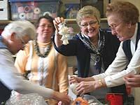 Eine Traube von Glöckchen, die dekorativ verteilt werden: Mitglieder der Handarbeitsgruppe in Moers-Scherpenberg und ihre Leiterin Marga Ueltgesforth (2.v.r.).