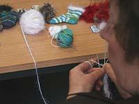 Stricken für einen sozialen Zweck: Die Handarbeitsgruppe in Moers-Scherpenberg verkauft ihre Produkte zum Wohl der Gemeinde.