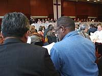 Ein Zeichen an die Partnerkirchen im Süden: Reverend Petrus Sugito (GKJTU) und Pastor Wilfred Diergaardt (ELCRN; v.l.) bei der Globalisierungsdebatte der Landessynode.