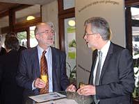 Der Direktor des Theodor-Fliedner-Gymnasiums Michael Jacobs (r.) und Oberkirchenrat Georg Immel am Stand der Schulstiftung.
