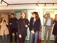Caroline Bollati und Rita Kühn (3. und 4.v l.) bei der Eröffnung der Ausstellung über die Lage von Frauen in der Migratin in Paris.