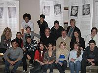 Projektteilnehmerinnen und Teilnehmer bei der Presse-Präsentation im Altarraum der Kirche, mittlere Reihe 3. v. r. Schulreferent Dietmar Klinke, untere Reihe 3. v. r. Schülerin Rosa Kremp