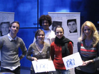 Schülerinnen und Schüler des Berufskollegs mit dem von ihnen gestalteten Projektkatalog in den Händen