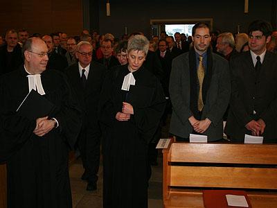 Präses Nikolaus Schneider (l.) und die anderen Mitglieder der Kirchenleitung ziehen ein.